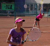 Ivana a Viki při nácviku čtyřhry